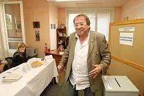 Volby v Ústí začaly!  Na Klíši byl volit i Josef Alois Náhlovský.