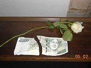 Bankovku zloděj vytáhl pomocí stonku růže. Při následné potyčce došlo k jejímu přetržení.