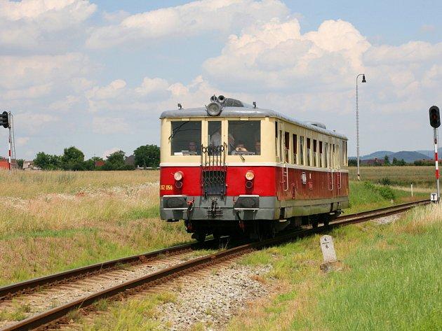 Podřipský motoráček opouští železniční stanici Čížkovice.