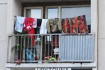 Podle zjištění Deníku prostory domu stále obývá deset rodin. Bránit jejich vystěhování přijeli aktivisté.