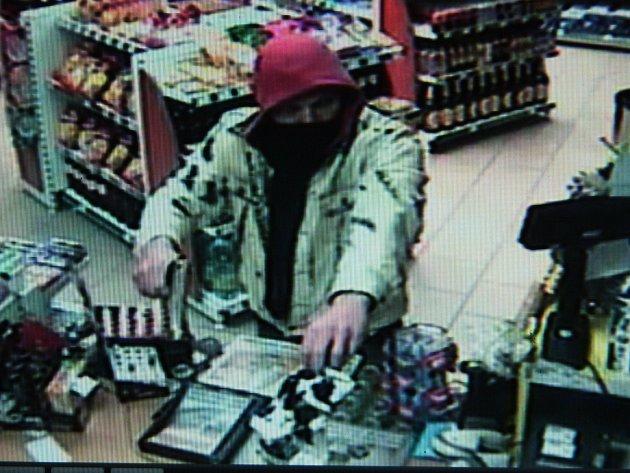 Lupič s pistolí chtěl na čerpací stanici peníze.