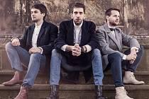 """Folk popový Jelen je jen trio. Ale při poslechu jejich letošního albového debutu """"Světlo ve tmě"""" to jen pramálo vadí."""
