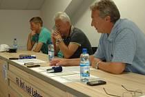 Ústečtí fotbalisté uspořádali před startem sezony tiskovou konferenci, na dotazy odpovídali sportovní manažer Stanislav Pelc (vpravo), trenér Petr Němec (uprostřed) a také kapitán týmu Jan Martykán.