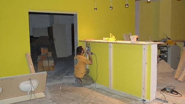 Stavební práce na novém ústeckém klubu U Leguána nyní finišují. Vypomáhají tu i studenti.