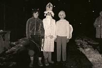 Mikuláš, čert a anděl na obchůzce v roce 1981