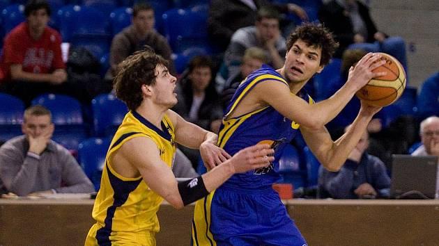 Ústečtí basketbalisté (vpravo Slunečko) se již v pondělí mohou přiblížit vysněné účasti v Mattoni NBL