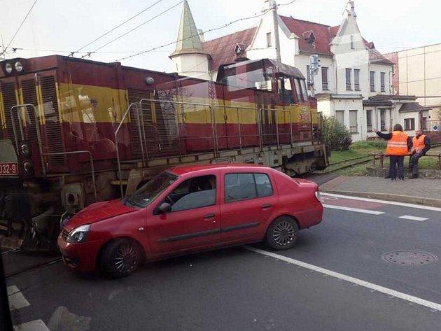 Řidič renaultu nedobrzdil a skončil v lokomotivě na vlečce.