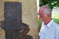 Pietní akt u pomníku tramvajové tragédii, ke které došlo 13. července 1947 na Bukově. Pamětník tragedie Jindřich Mach.