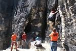 Tiské stěny jsou vyhledávanou atrakcí pro horolezce. Podívaná je to ale i pro cykloturisty.
