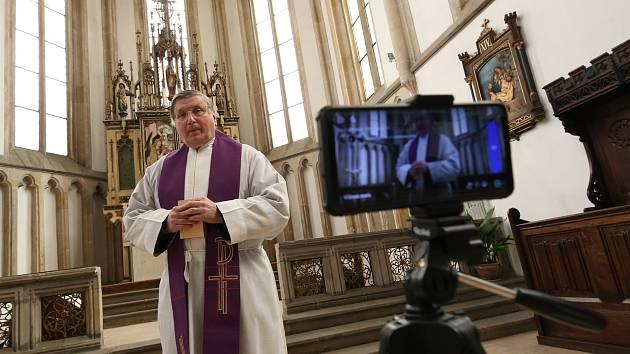 Velikonoce v církvi ovlivňuje koronavir. Proto velkopáteční obřady probíhají formou videopřenosu. Věřící sledují, co se v kostele děje, v počítači a nebo na mobilním telefonu.