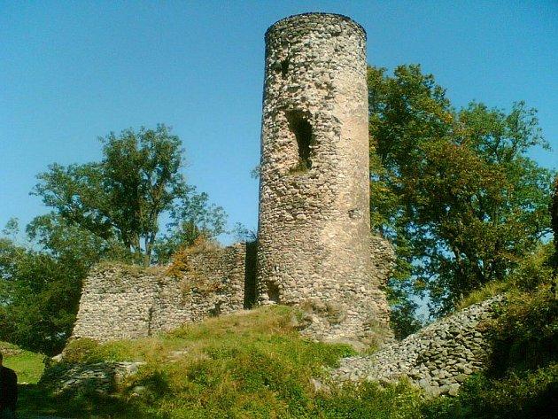 Už jen torzo hradu připomíná kdysi slavnou éru pánů z Rýzmburka.