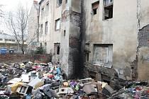 Ústecký magistrát vyzval majitelku domu v Řeháčkově ulici Lenku Buncikovou k odstranění nelegální skládky v jejím domě a nádvoří. Zatím bezvýsledně.