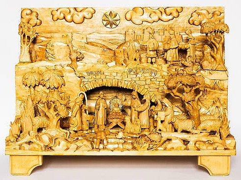 Mezi tradiční díla objevující se na aukci jsou úžasné betlémy zlipového dřeva, které vznikají pod rukama zaměstnance Domova pro matky sdětmi Svatopluka Pelcla.