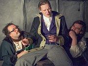 Jan Jankovský na snímku uprostřed, vlevo Dan Dittrich, vpravo Richard Němec v dramatizaci Kafkova Zámku.