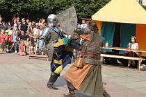 Souboje se na Lidickém náměstí střídaly, nakonec rytíři předvedli zpomalený záběr pro filmaře.