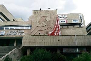 Fasáda krajského úřadu v Ústí odhalená po silném větru