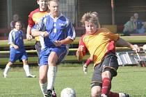 V utkání I. B třídy vyhrál Vaňov v derby na hřišti Svádova 1:0. Na snímku v souboji o míč Šimek (vpravo) z celku vítězů a domácí Havel.