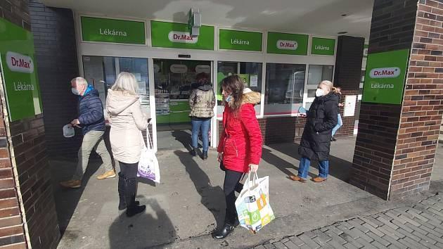 Lékárna Dr.Max v centru Ústí nad Labem v pátek 19. února po poledni