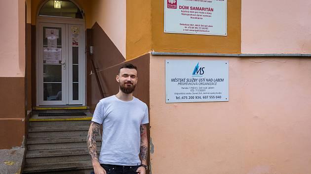 Vstup do azylového domu v Ústí nad Labem. Na snímku je pracovník charity Jakub Modes.