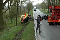 Vůz záchranné služby skončil po dopravní nehodě v příkopě.