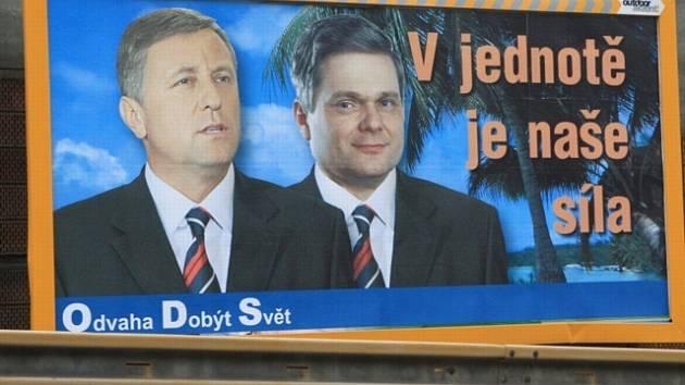 Ironický předvolební plakát s Mirkem Topolánkem a Vlastimilem Tlustým.