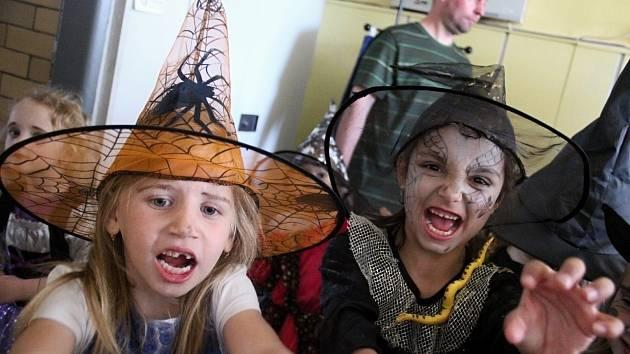 Prvňáci ze ZŠ Povrly a jejich mladší kamarádi ze školky se na čarodějnice hodně těšili. V kostýmech byli i ve škole