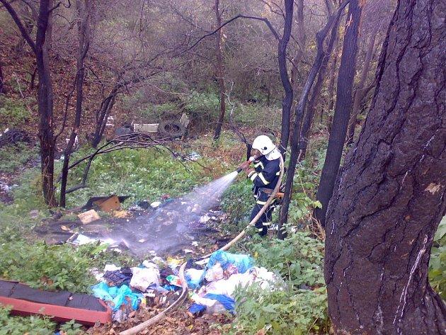 Zásah hasičů při požáru skládky