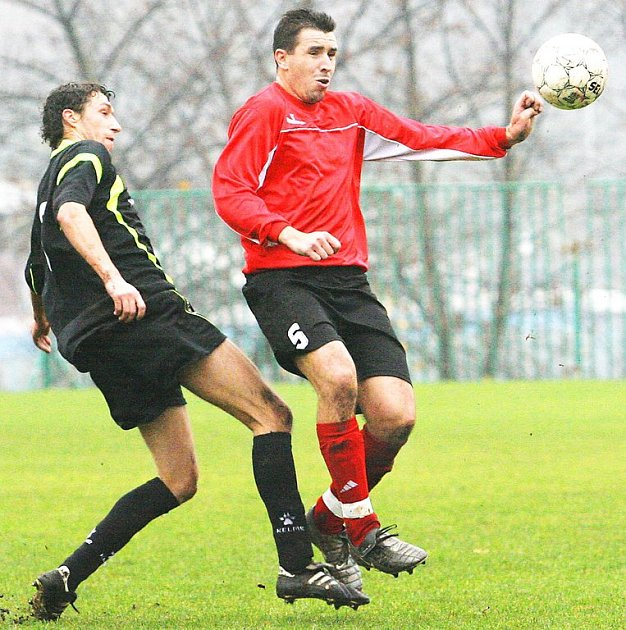 Na Střekově se domácí fotbalisté s Proboštovem v duelu krajského přeboru po remíze 1:1 o body podělili. Na snímku souboj domácího Čítka (vpravo) s Blažečkou.