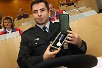 Jedenáct policistů si v pátek převzalo za říjnový a listopadový zásah v Litvínově medaile za statečnost.