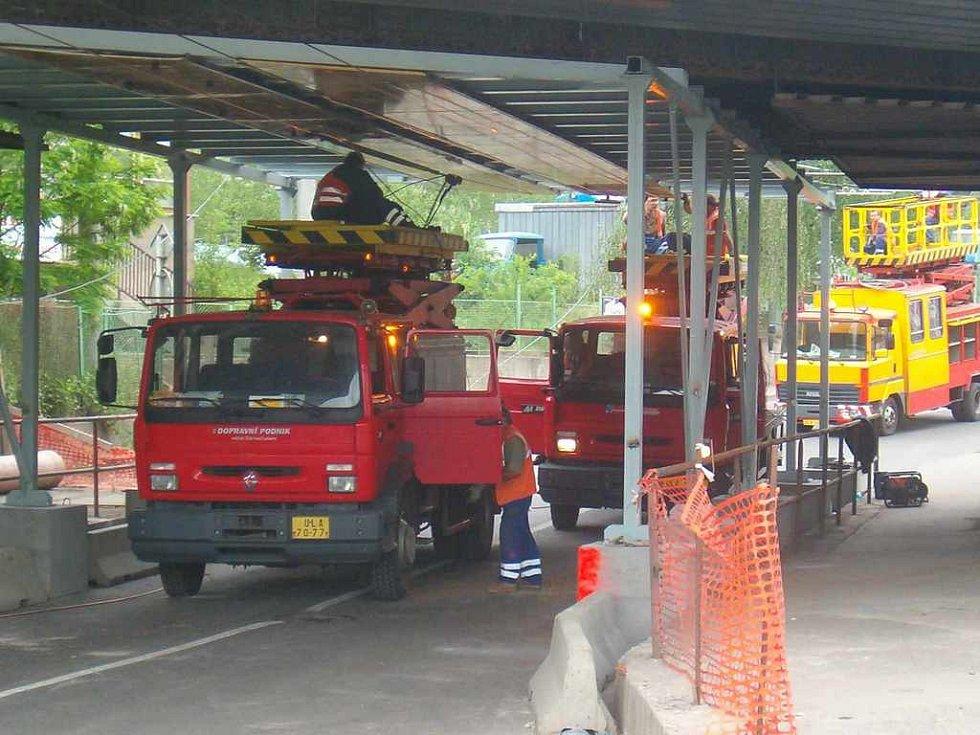 Technici DP upravovali trolejové vedení v uzavřeném podjezdu