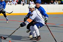 Ústečtí hokejbalisté (bílí) doma prohráli s Letohradem 4:5 po nájezdech.