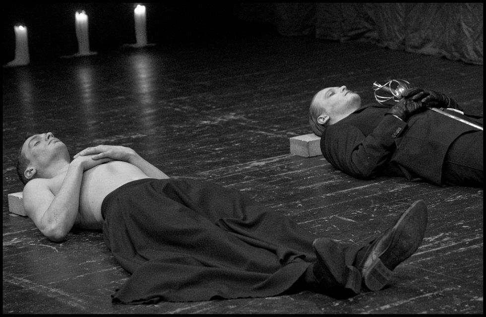 """Snímky Činoherního studia v Ústí k dramatu Romeo a Julie jsou """"jen"""" černobílé."""
