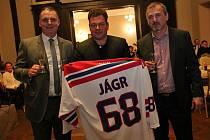 Dres Jaromíra Jágra vydražil Martin Krupička za 128 tisíc korun.