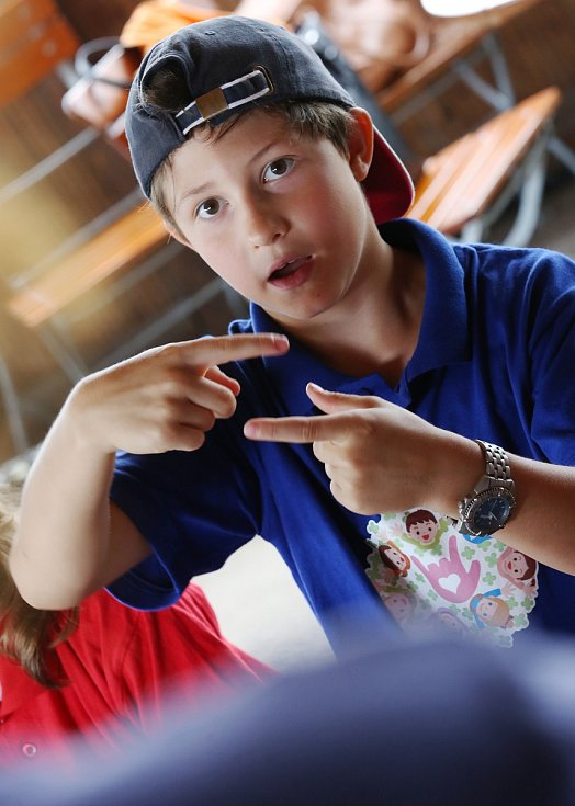 Na příměstském táboře v Chabařovicích se děti na táboře učí znakovou řeč, aby mohli komunikovat se svými postiženými kamarády