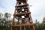 Dřevěná rozhledna, která se staví nedaleko Tašova už se blíží do finále. Konstrukce i s patry a střechou je téměř dokončená.