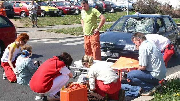 Nehoda automobilu a dvou chokyň u Masarykovy nemocnice