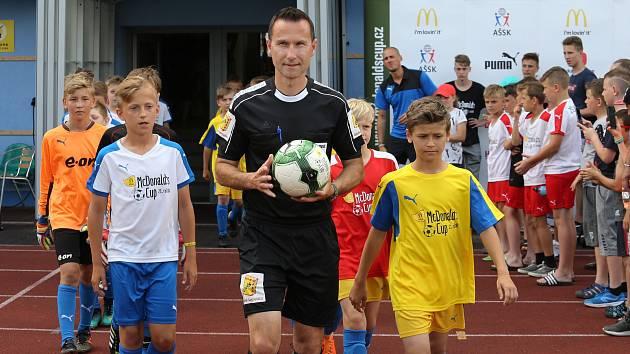 Rozhodčí R. Příhoda přivádí k souboji o zlato v 21. ročníku McDonald's Cupu tým ZŠ Klegova z Ostravy a hradecký výběr ZŠ Sever. Z triumfu se po výhře 4:1 radoval tým ostravského kapitána Maxima Pilaře (vlevo). Hradec vedl kapitán Marek Kulič ml. (vpravo).