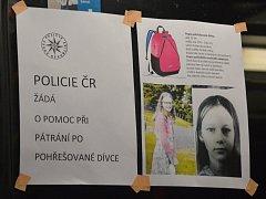 Žádosti policie o pomoc při pátrání visí i v ústeckých trolejbusech.