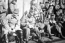 Jednoroční dobrovolníci c. k. pěšího pluku z Vršovic, kteří přijeli do Ústí z Krupky 25. března 1916 kolem 9.00 hodiny ráno pod velením hejtmana Nowotného a poručíka Rietera.