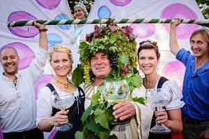 Na historicko romantické návsi v městečku Radebeul-Altkötzschenbro-da se koná již 24. ročník Slavností vína a podzimu.