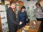 Ivana Zemanová v muzeu firmy Mikov Mikulášovice.