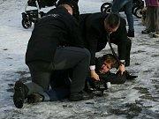 Muže, který na Miloše Zemana neslušně pokřikoval, policisté zadrželi.