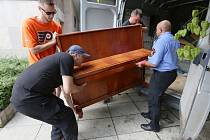 Ústecké piano přestěhovali strážníci do atria magistrátu.