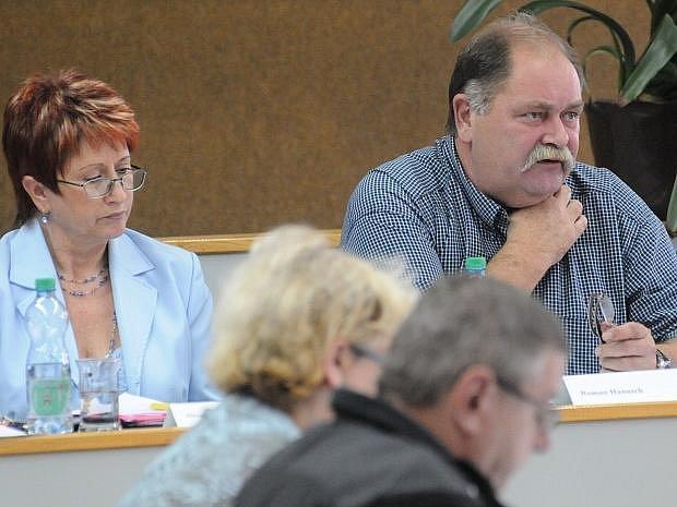 V zasedací místnosti chlumeckého obecního úřadu bylo v pondělí odpoledne dusno. Jediným bodem jednání zastupitelstva totiž bylo exekuční řízení vedené proti obci.