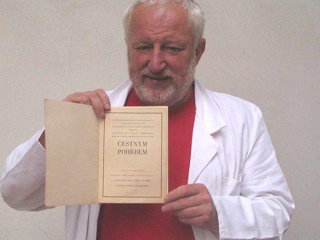 Ředitel ústeckého archivu Vladimír Kaiser s knihou o tramvajové tragedii
