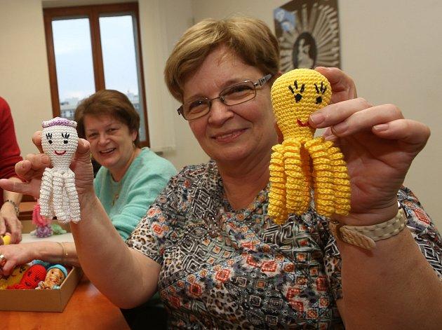 Důchodkyně uháčkovaly 50 chobotniček pro miminka z Masarykovy nemocnice.