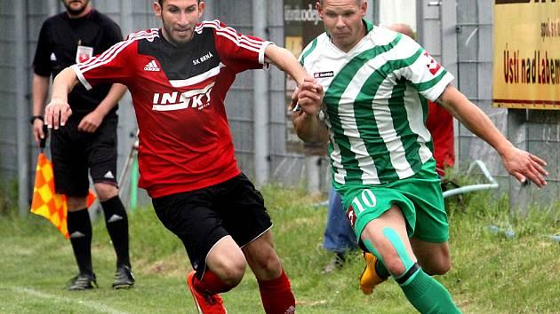 Fotbalisté Brné (červení) porazili Libouchec až po dramatickém rozstřelu.