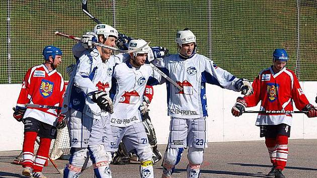 Hokejbalistům ústecké Elby se daří.