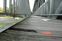 Na mostě trouchnivějí prkna.