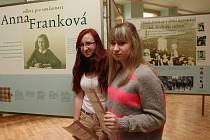 Deváťáci z ústecké školy SNP provázejí výstavou Odkaz Anny Frankové.